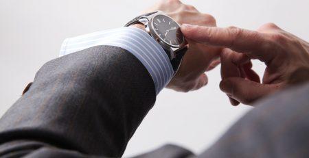 Relogio com mostrador classico e pulseira em couro